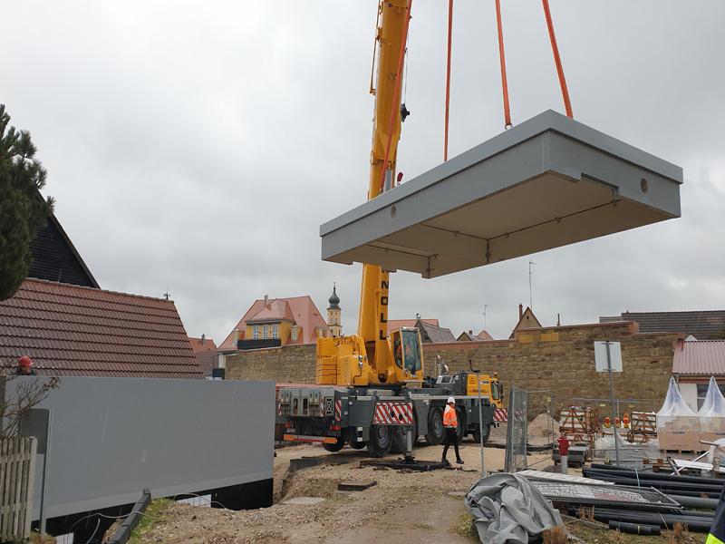 Das Betriebsgebäude wird angeliefert